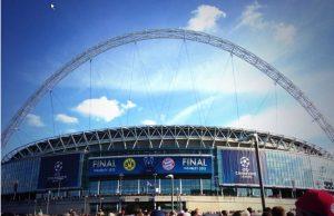 Auf dem Weg zum Spiel: Das Wembley-Stadion unter blauem Himmel