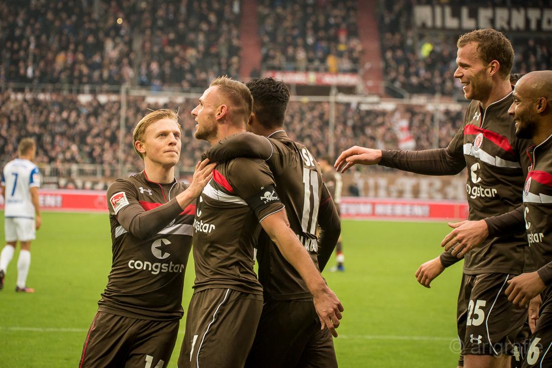 Bernd Nehrig im Torjubel nach seinem Treffer gegen Magdeburg